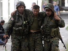 soldados ayudando